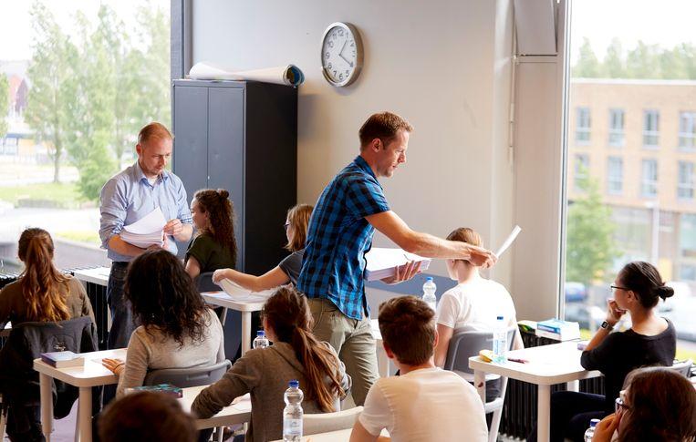 Docenten delen examens uit op het Leidsche Rijn College in Utrecht. Beeld ANP