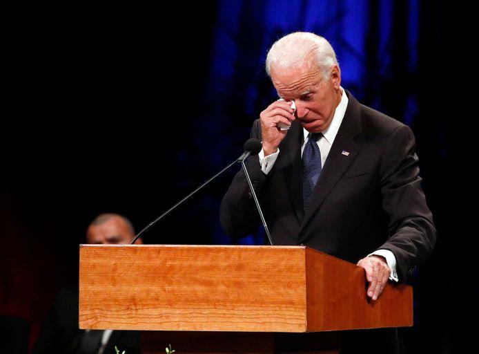Joe Biden pinkt een traantje weg bij de uitvaartdienst voor John McCain.