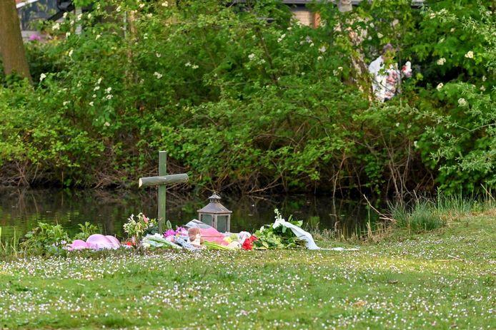 Op de plek waar het meisje is gevonden, is een monumentje gemaakt.