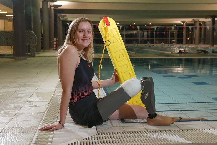 Na een halfjaar met een gewone prothese kreeg Sam een elektronisch exemplaar, waarmee ze wel in het water mag.