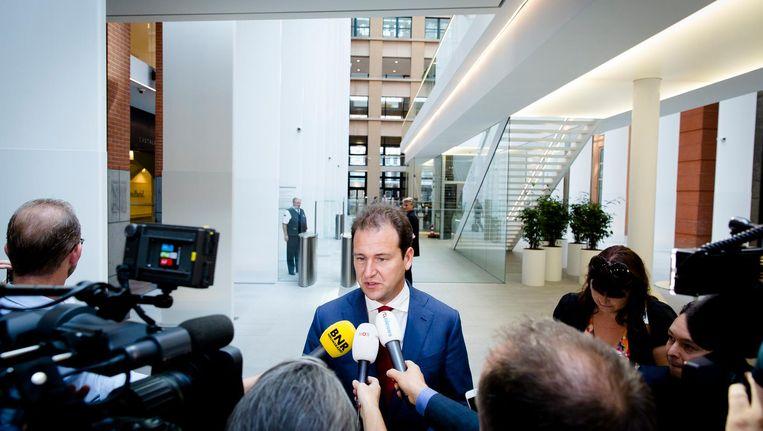 Minister Lodewijk Asscher geeft een toelichting na afloop van het gesprek. Beeld anp
