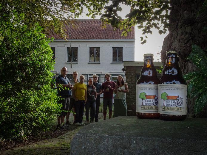 Vzw Sint-Pieters Connected stelt haar eigen biertje voor.