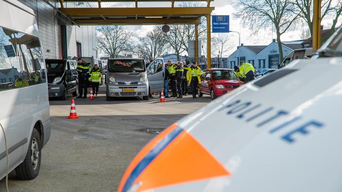 De grote verkeerscontrole in Deventer. De man op de foto is niet de persoon met de belastingschuld.