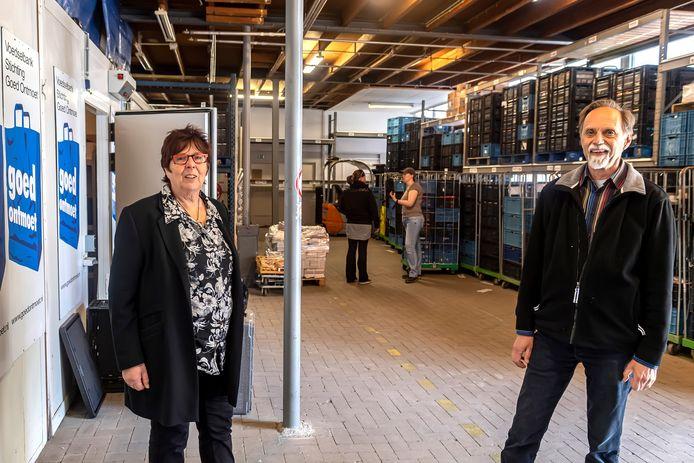 Voorzitter Corry Damen  (L.) & floormanager Jan Beukers van voedselbank Goed Ontmoet