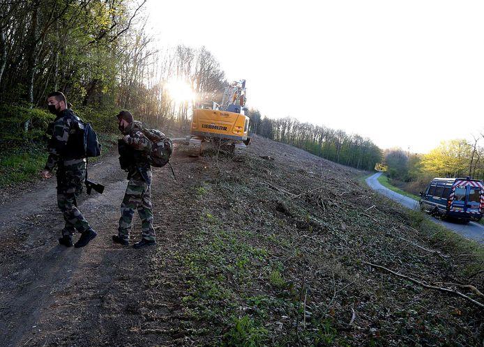 Leden van Franse gendarmerie bij de aanvang van de opgravingswerken.