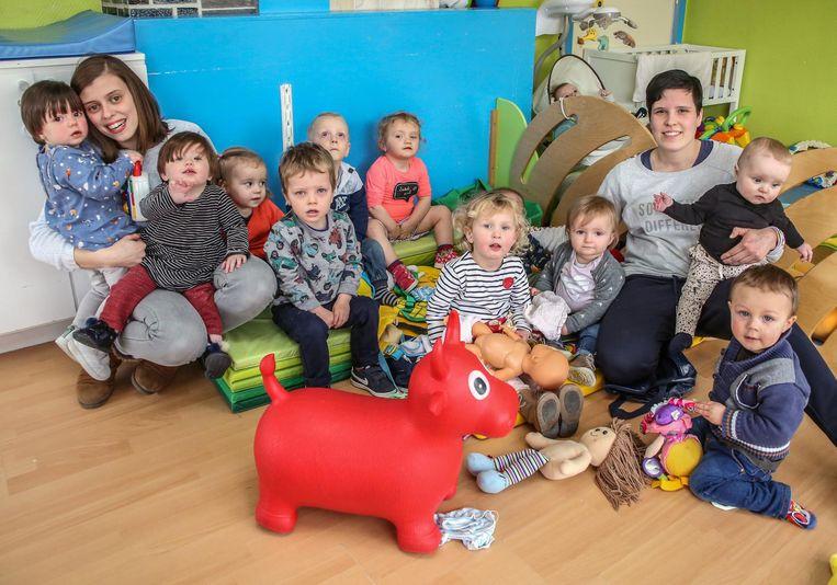Alysa Soetaert en Lindsey Gadeyne met de kinderen in hun opvang 't Pamperke.
