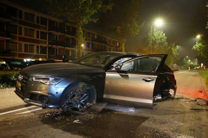 Deze Audi botste zaterdagnacht tegen een boom aan de Gestelseweg in Den Bosch. De bestuurder ging er vandoor.