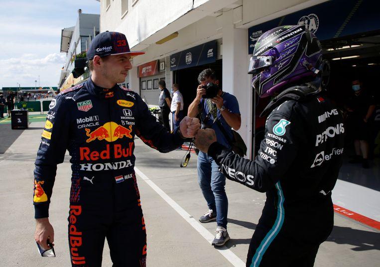 Max Verstappen feliciteert concurrent Lewis Hamilton met zijn pole position. Beeld AP