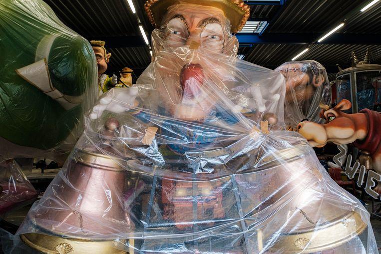 Laatste voorbereidingen aan de carnavalswagens in de carnavalshallen van Aalst. Beeld Wouter Van Vooren