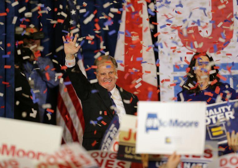 De Democraat Doug Jones (op foto) haalde het van de controversiële Republikein Roy Moore. Beeld REUTERS