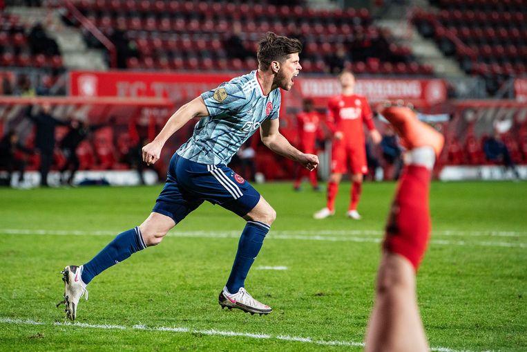 Klaas-Jan Huntelaar schiet in blessuretijd de 2-1 tegen FC Twente binnen.  Beeld Guus Dubbelman / de Volkskrant
