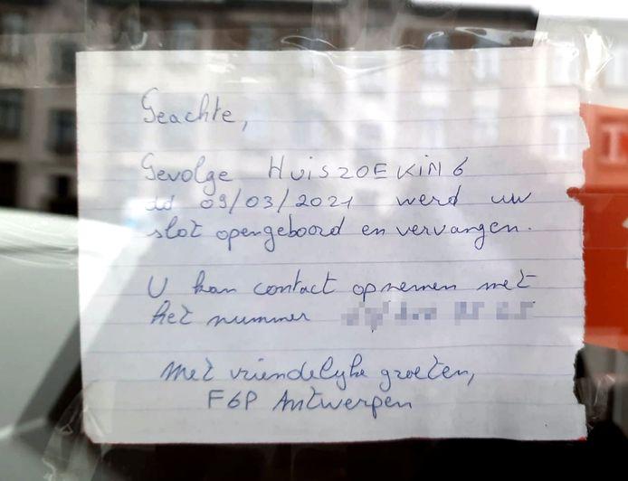 Een briefje dat werd achtergelaten na een huiszoeking van de federale gerechtelijke politie (FGP) Antwerpen.