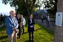 Fred Eggink (links) wandelde in september samen met Diederik Gommers (rechts) langs de gedichten in Buren.