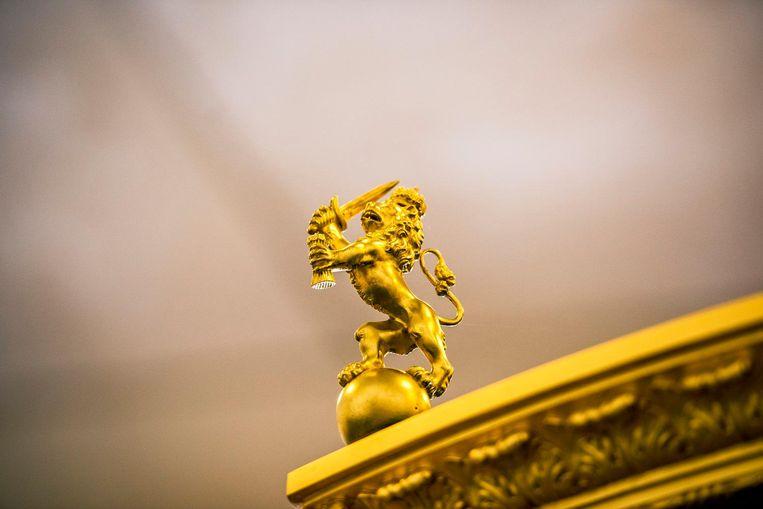 Op de vier hoeken van het dak staan leeuwtjes met getrokken zwaard. Zij beschermen de kroon Beeld Raymond Rutting