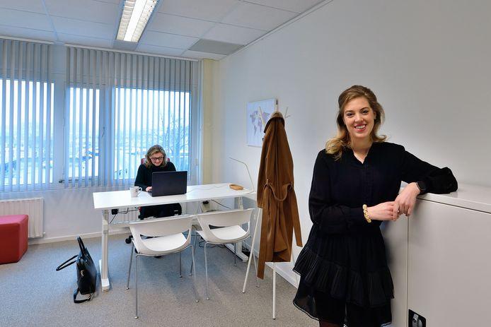 Flexwerkplekken bij Laan22 in Roosendaal. Anne Engelen (voorgrond) in een flexwerkplek.