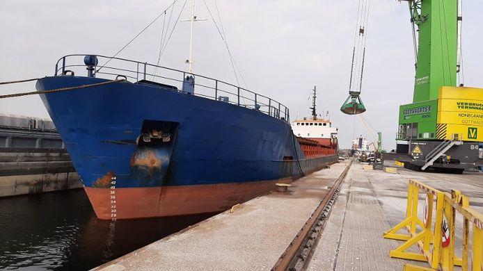 Het schip in de haven van Terneuzen.