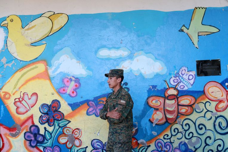 Een soldaat patrouilleert aan het kiesbureau waar de Chileense presidentskandidaat Sebastian Pinera vandaag gaat stemmen. Beeld REUTERS