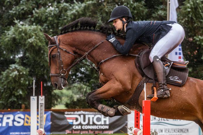 De laatste dag Jumping Jong West-Brabant in Etten-Leur, Kristy Snepvangers in actie met Millstream's Inspiration.