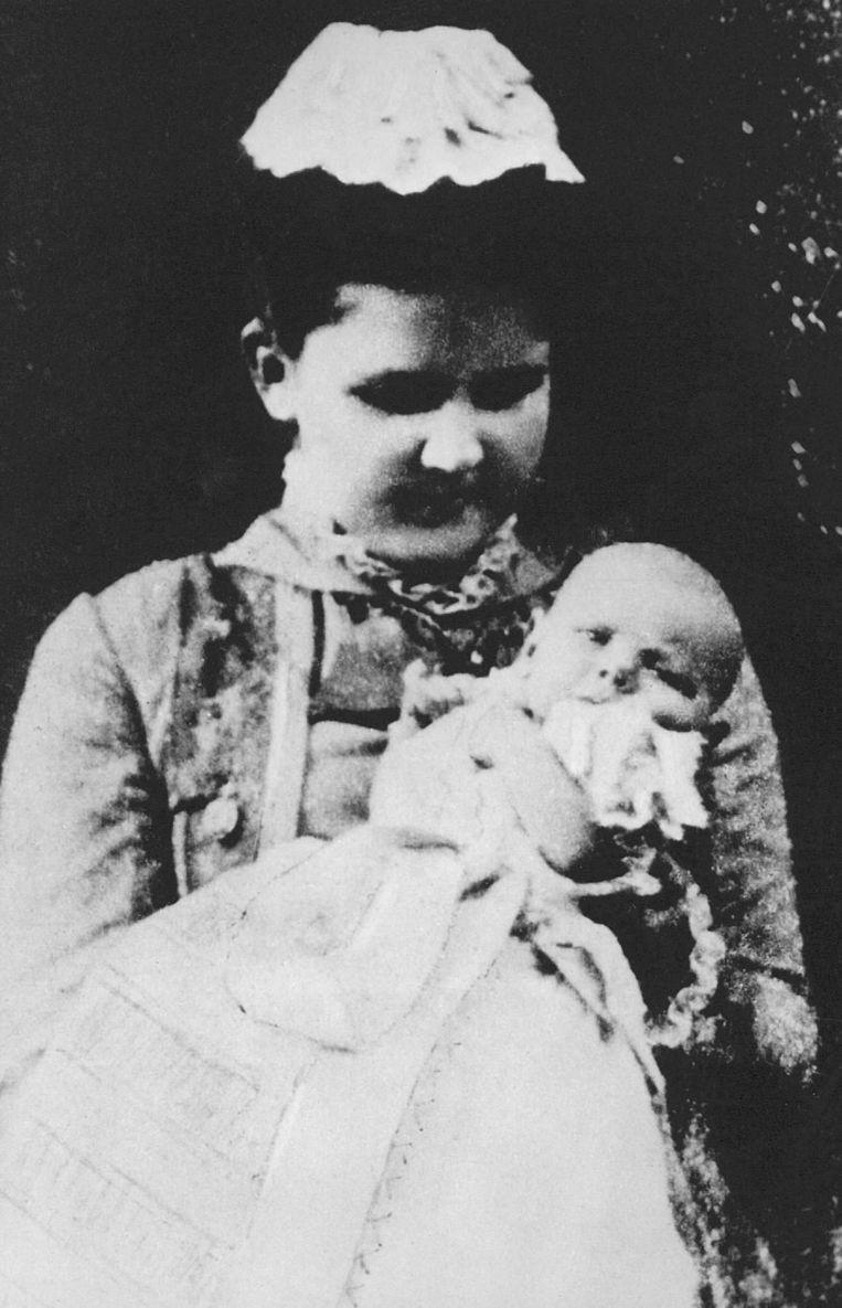 Prinses Wilhelmina als baby, op de arm van Koningin Emma, 1881. Beeld anp