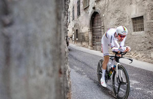 **Dumoulin derde in tijdrit Giro, wint wel 1 minuut 15 op rozetruidrager Yates**