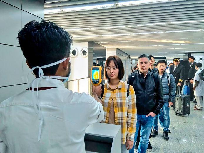 Passagiers uit China worden gescand op koort op het vliegveld van Kolkata, India.