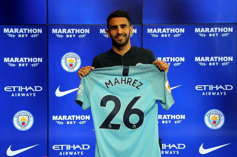 Riyad Mahrez glimlachend op zijn voorstelling bij de Engelse kampioen.