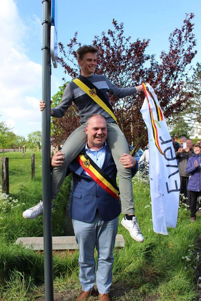Schepen Sven Roegiers in de nek van burgemeester Joeri De Maertelaere.