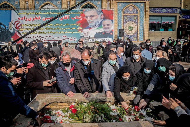 De kerngeleerde Mohsen Fakhrizadeh kwam om het leven door een ontplofte bom. Nabestaanden rouwen bij zijn graf.   Beeld AFP