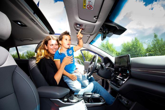 'Hij heeft een open dak!' Marleen en Steef in de Hyundai Ioniq Electric. FOTO BART HOOGVELD