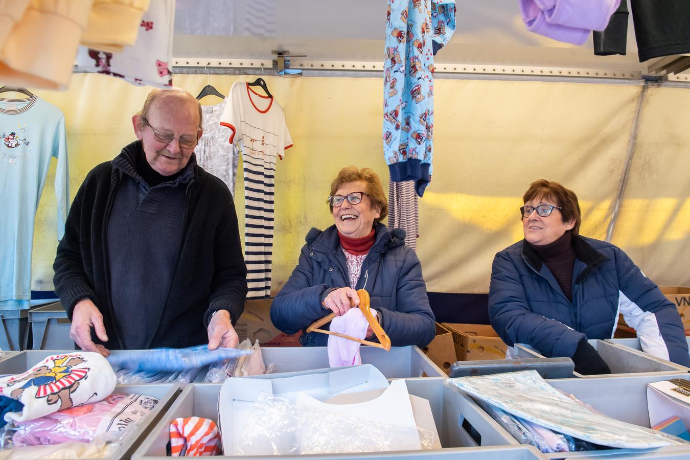 Jaap, Annie en Willie staan voor de laatste keer met hun kleding op de weekmarkt in Made.