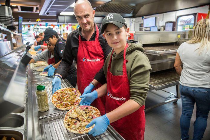 Ouders mochten hun eigen pizza bakken en ze mochten mee om een pizza te bezorgen.