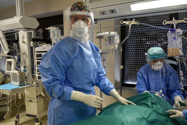 Artsen op de ic in een ziekenhuis in Thessaloniki. Beeld REUTERS