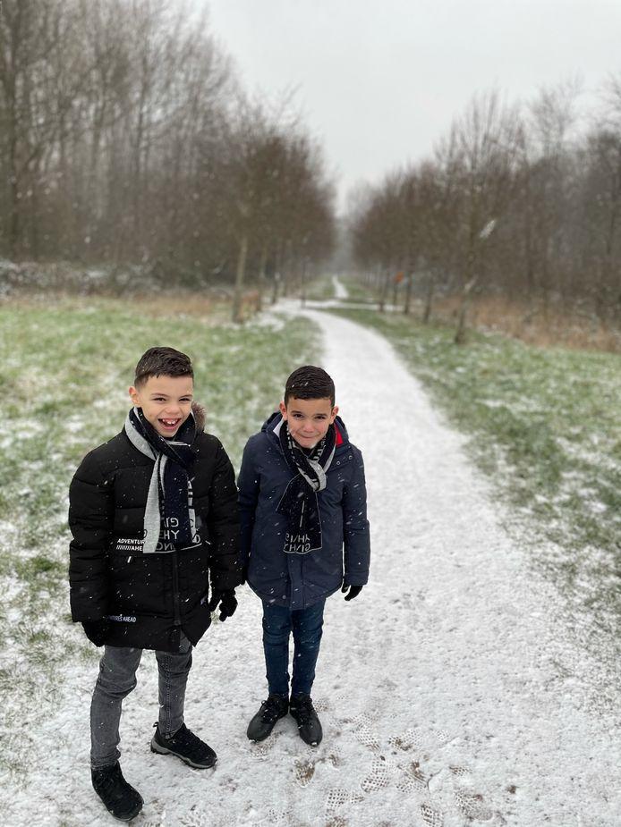 Mounir stuurde deze foto van Yacoub (links) en Bilal in de sneeuw in IJsselstein