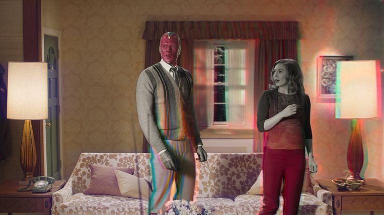 Superhelden Vision (Paul Bettany) en Wanda Maximoff (Elizabeth Olsen) zijn beland in een buitenwijk. Beeld Marvel Studios