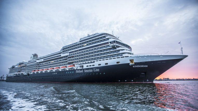 De MS Koningsdam komt voor het eerst aan in zijn thuishaven Amsterdam. Beeld Eva Plevier
