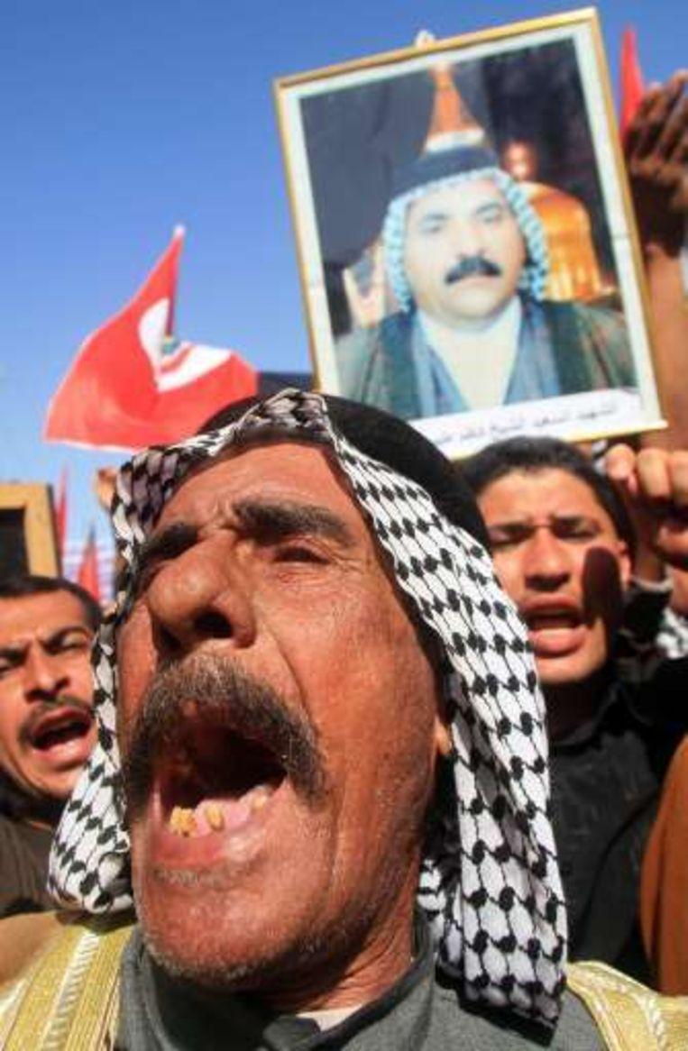 De betogers dragen foto's mee van vermoorde stadsgenoten.