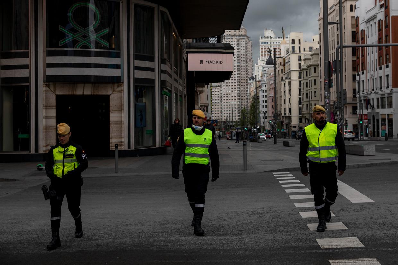 Militairen op straat in Madrid.  Beeld Getty Images