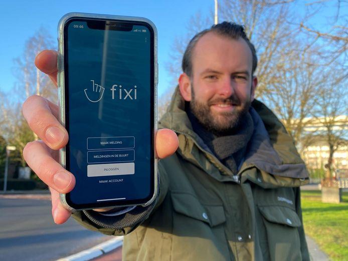 Met de Fixi-app kun je iedere scheve stoeptegel melden, laat wethouder Joost van der Geest zien.