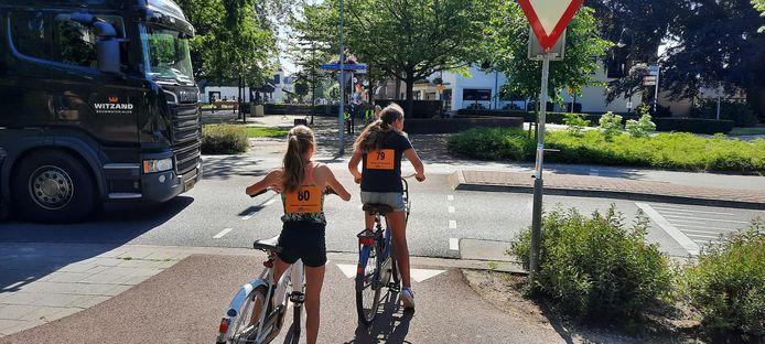 Vrachtverkeer, dat hier normaal gesproken niet zo vaak langskomt, stopte regelmatig voor de overstekende fietsers. Daardoor ontstond een verwarrende situatie voor de kinderen.