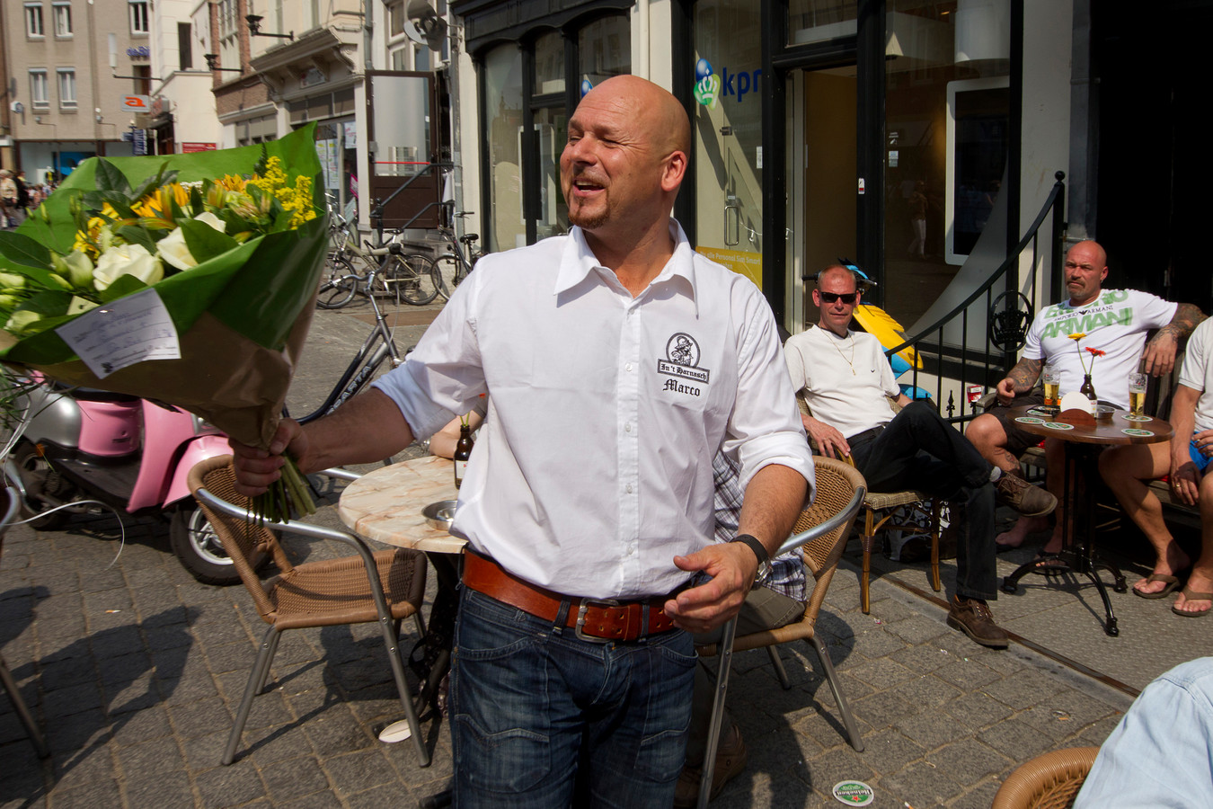 Marco Kroon, drager van de Militaire Willemsorde, werd op 22 april vrijgesproken door de militaire rechtbank in Arnhem voor het bezit van cocaïne. Een paar uur na de uitspraak had hij zijn groene uniform verruild voor een witte bloes en ontving hij bloemen van enthousiaste klanten op het terras van zijn café In 't Harnasch, zijn kroeg op de Bossche markt die hij in oktober van dit jaar verkocht.
