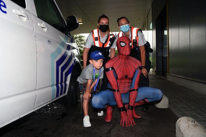 Stan poseert met zijn held Spiderman na hun boevenvangst.