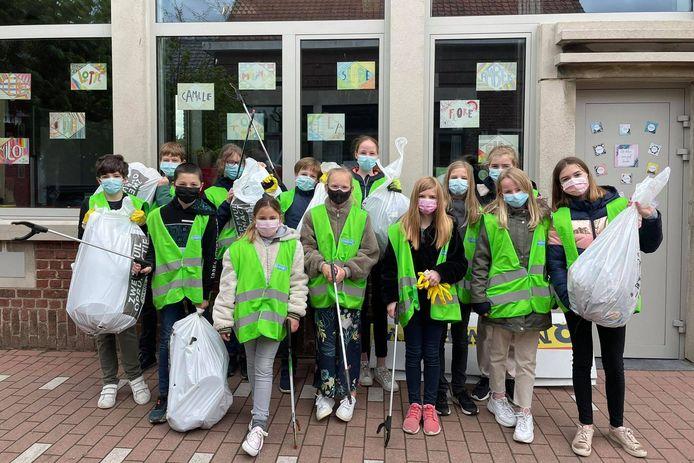 Het vijfde en zesde leerjaar van VBS Sterreneiland Wanzele maakte de straten rond de school vrij van zwerfvuil.