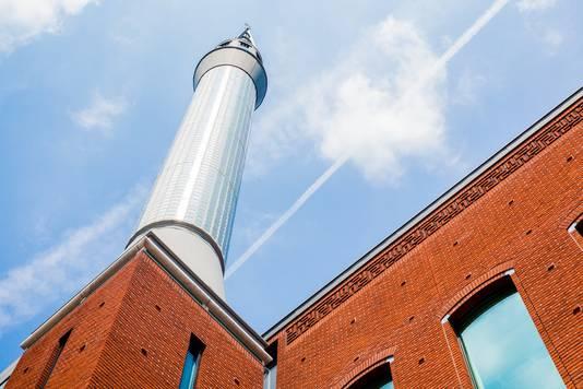 Een minaret van de moskee, die 44 meter boven het Utrechtse Lombok uittorent.