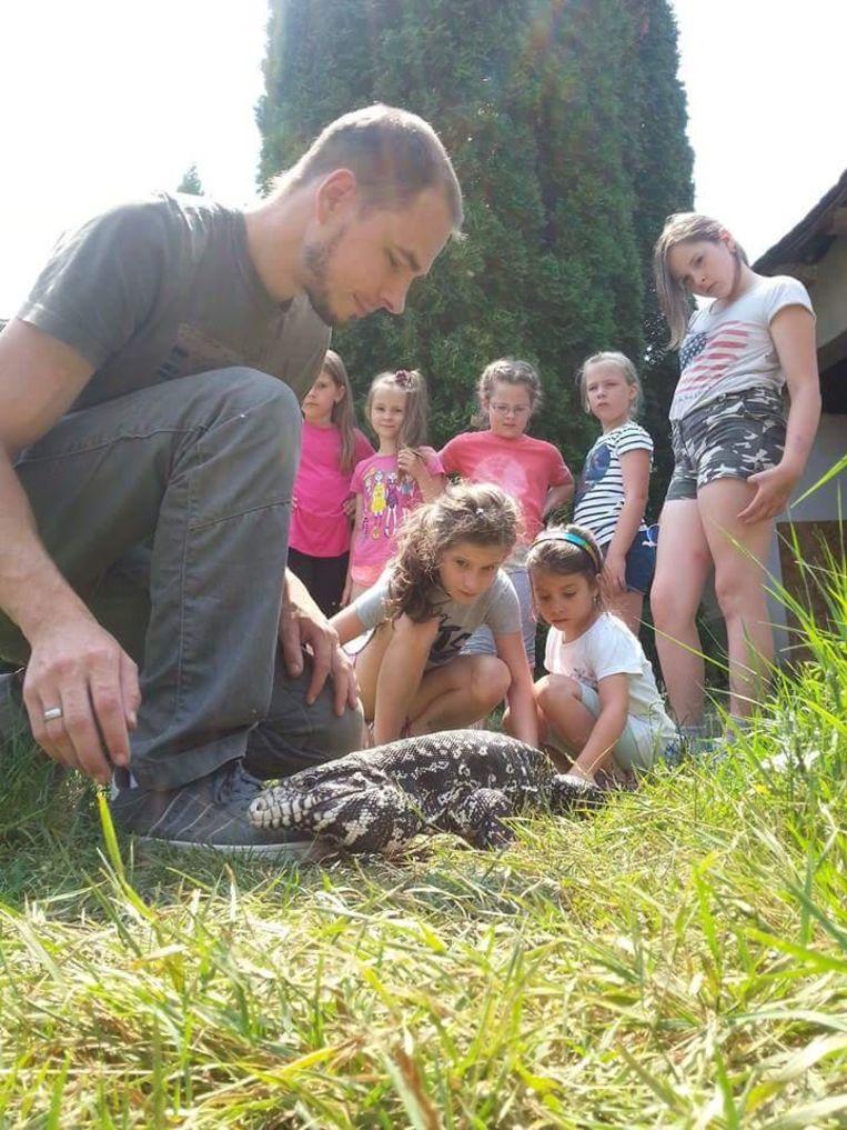 Reptielenliefhebber Guy met enkele Hongaarse kinderen.