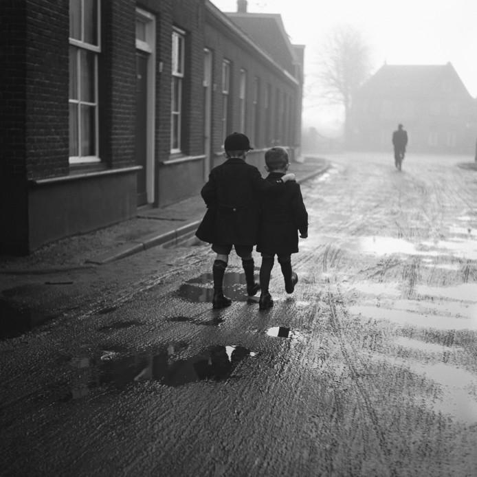 Broers Lambert (links) en Jan van Ochten aan de wandel, 25 december 1937.