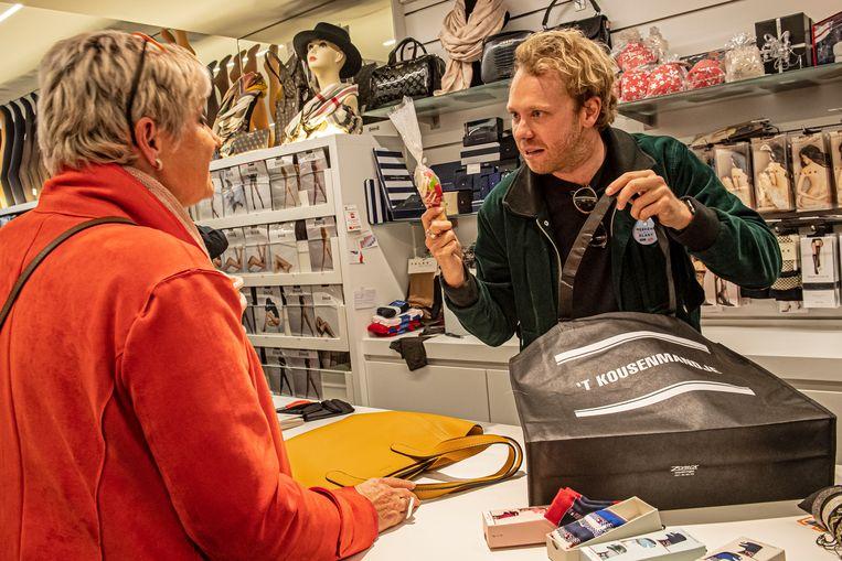 Callboy Rik Verheye hielp een klant bedienen in 't Kousenmandje.