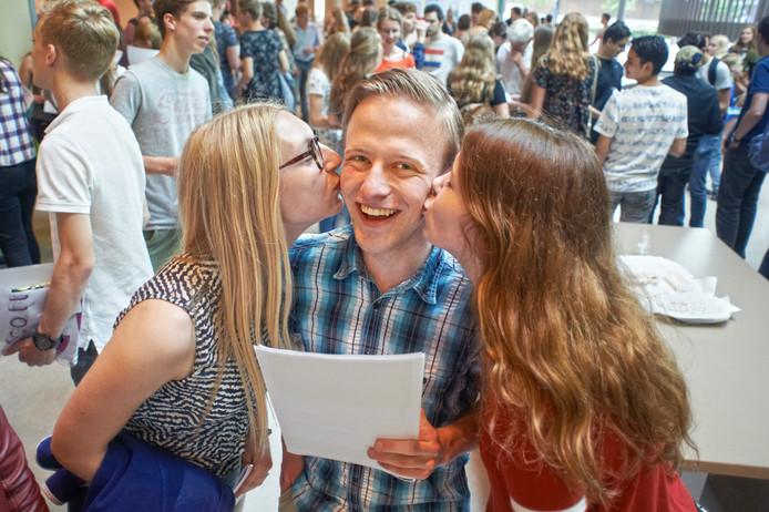 Jimmy van Riel met diploma én 2 kussen op de wang; zijn dag kan niet keer stuk