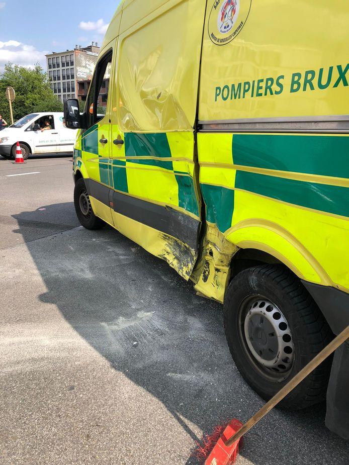 De linkerkant van de ziekenwagen werd zwaar geraakt.