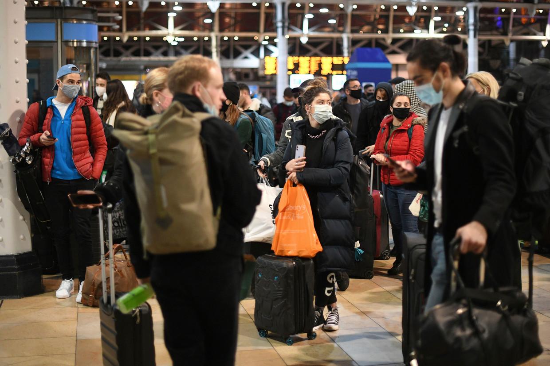 Reizigers wachten op Paddington Station in Londen kort na het bericht dat Londen in lockdown gaat. Beeld AP
