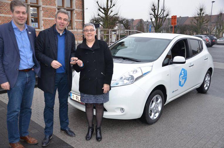 De burgemeester krijgt de sleutels van de eerste elektrische wagen.